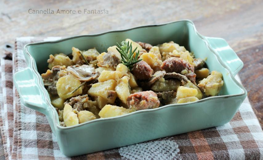 Patate salsiccia e funghi in padella