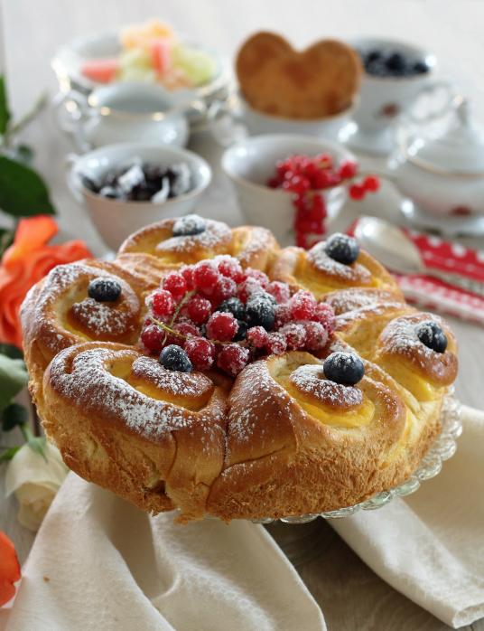 Torta pan brioche con crema pasticcera e frutti di bosco