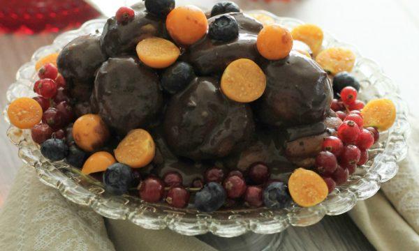 Profiteroles al cioccolato e frutti di bosco – ricetta semplice e golosa