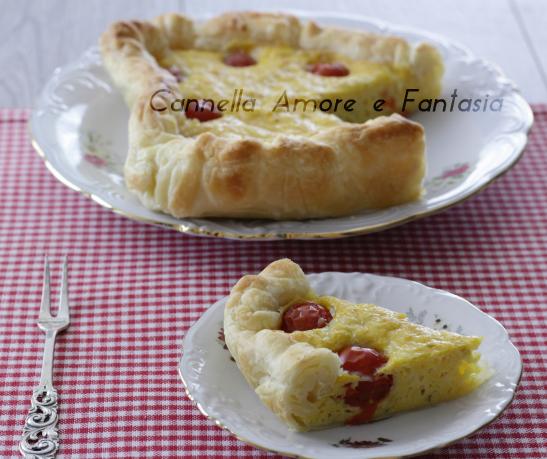 Torta salata mediterranea a forma di cuore .