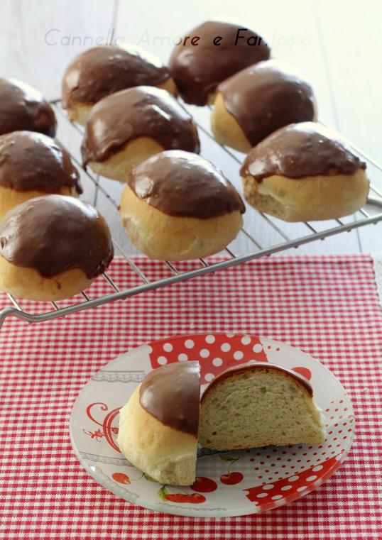 Panini dolci ricoperti di cioccolato