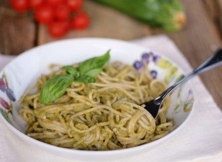 Spaghetti con pesto di zucchine e avocado