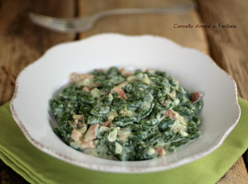 Spaetzle di spinaci con panna e spek