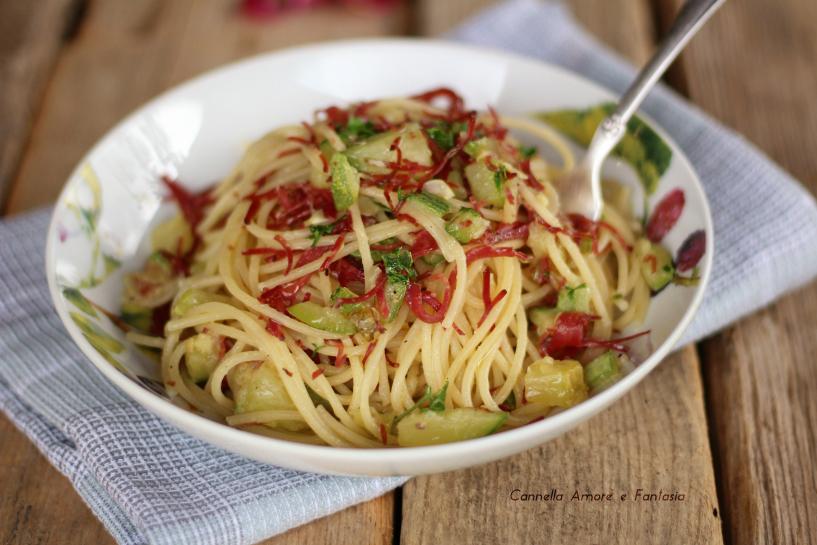 Spaghetti aglio olio zucchine e bresaola