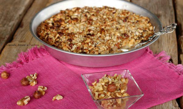 Crumble di mele al riso soffiato e frutta secca