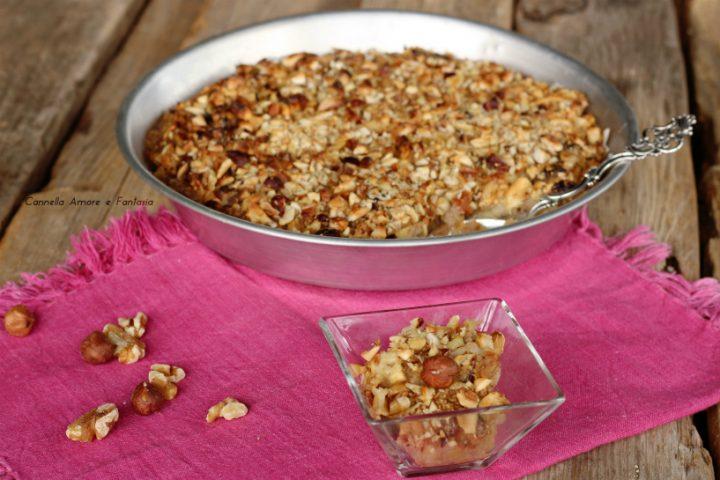 Crumble di mele al riso soffiato e frutta secca ricetta