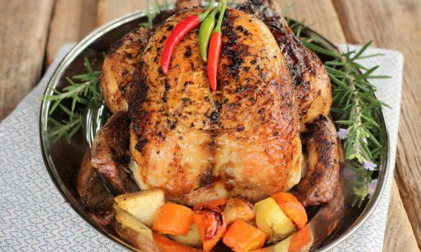 Pollo arrosto ripieno con le mele e prugne