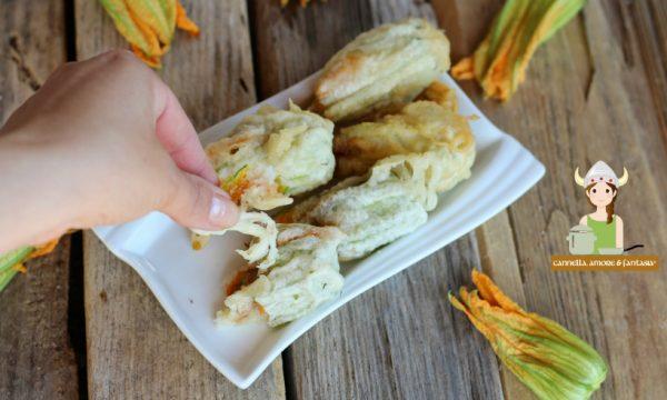 Fiori di zucca con mozzarella e acciughe in pastella