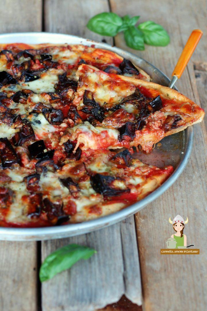 Pizza con melanzane e salsicce alla siciliana
