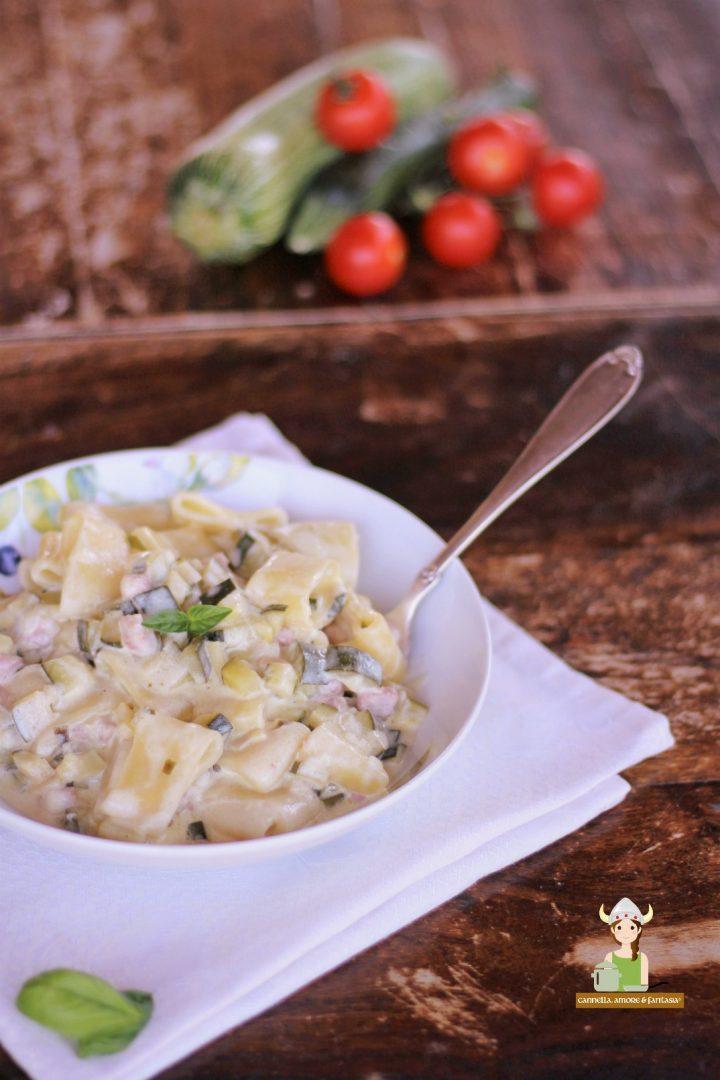 Pasta calamarata con zucchine e bacon