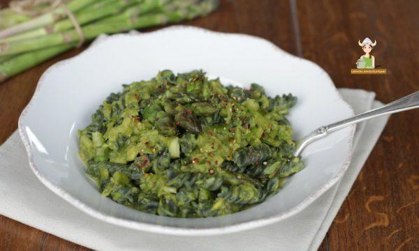 Pasta alla spirulina con sugo di asparagi