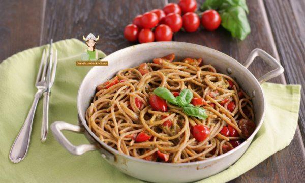 Spaghetti con pesto di basilico e ciliegino