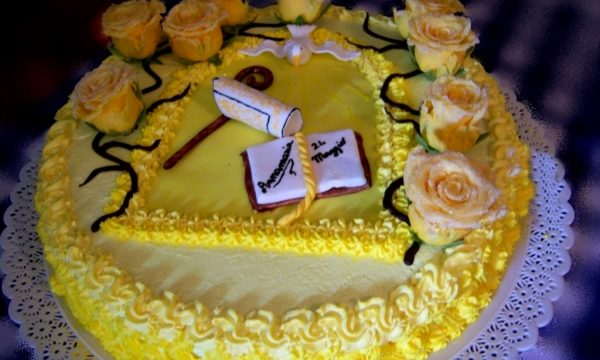 Torta cresima con rose e simboli