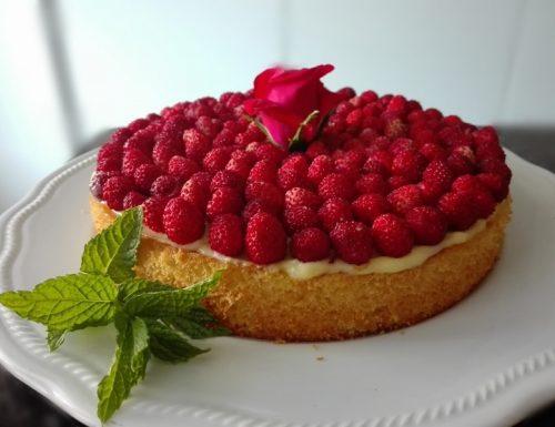 torta fragoline di bosco e rosa rossa