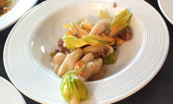 Cavatelli con salsiccia e fiori di zucchine crudi: ecco come preparare i cavatelli freschi. La ricetta facilissima