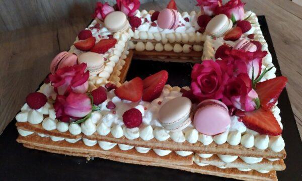 Cream tarte millefoglie, con una splendida decorazione