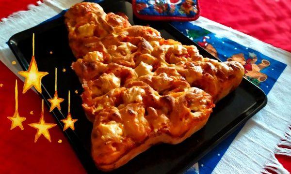 Torta di pizza natalizia, a forma di albero di Natale c