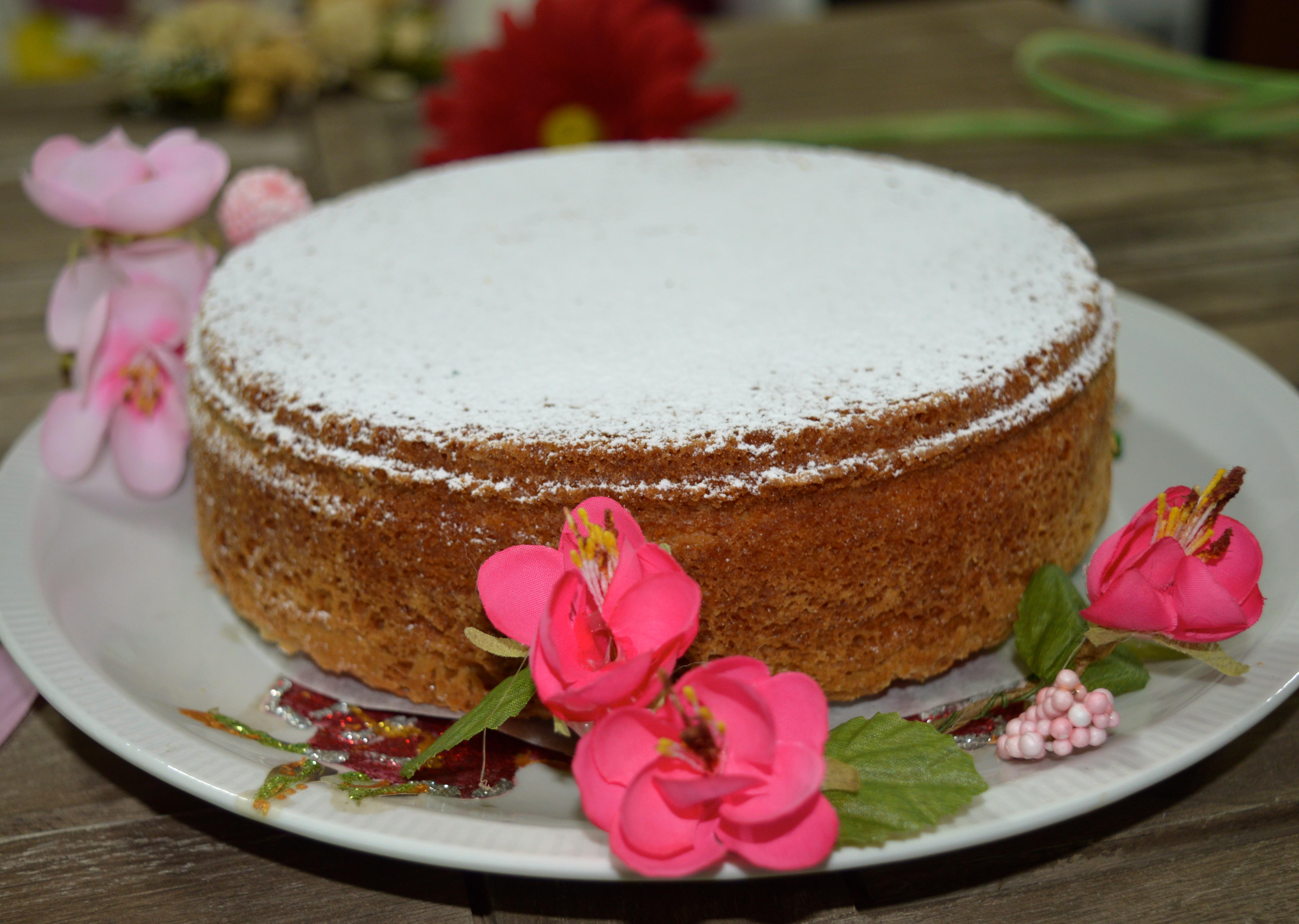 Torta Paradiso, classico della pasticceria italiana. Torta soffice, ottima da sola squisita accompagnata da una crema