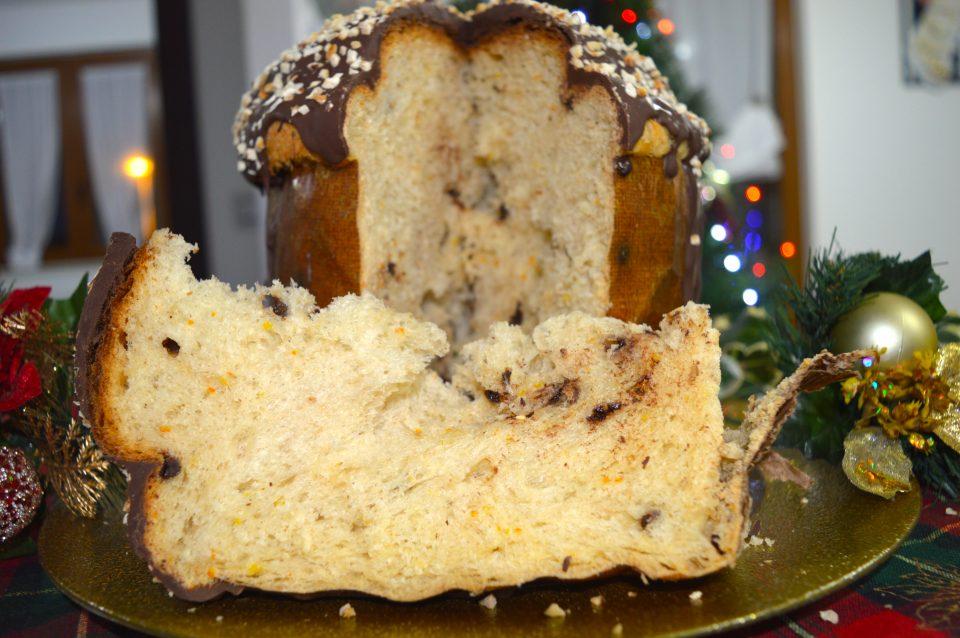 Panettone, dolce tipico delle feste Natalizia. Farcito con crema al cacao