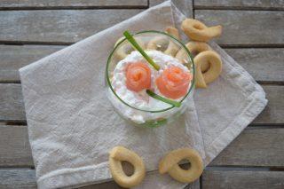 Cheese cake con mousse di burrata e salmone, cremoso antipasto freddo ottimo per un buffet o per un aperitivo in terrazza.