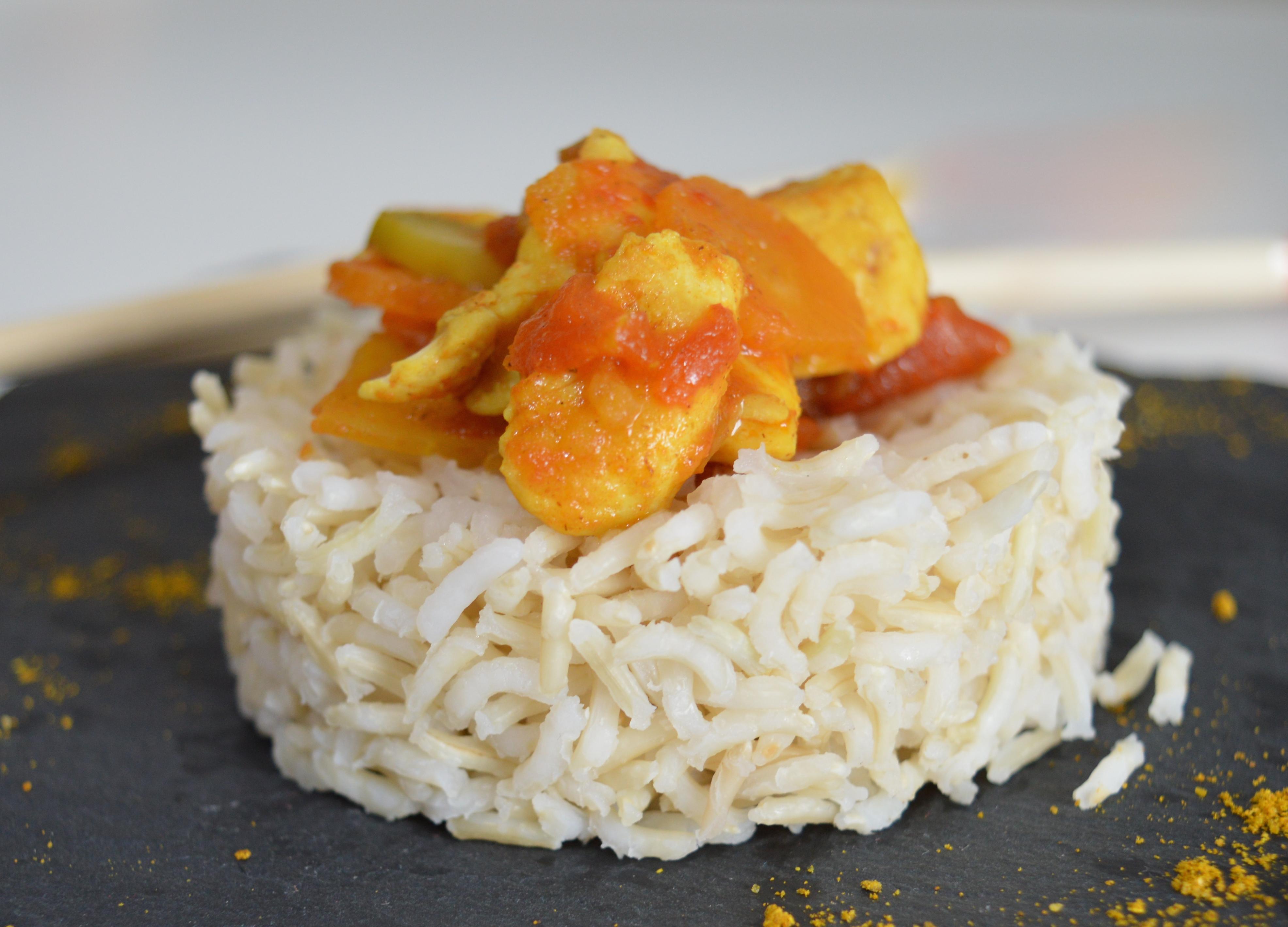 Pollo al curry e riso basmati, piatto speziato tipico indiano
