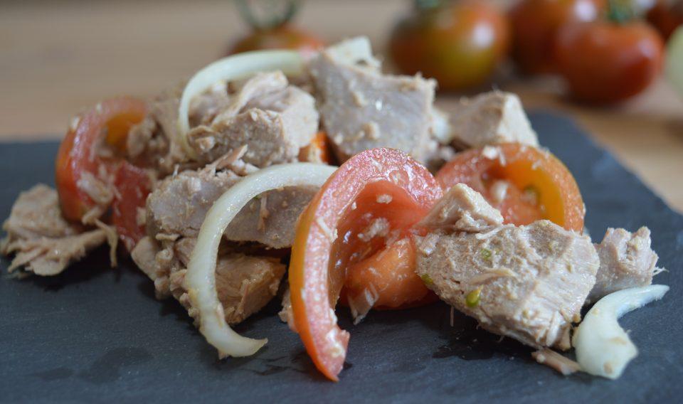 Insalata di tonno fresco con pomodorini e cipolle