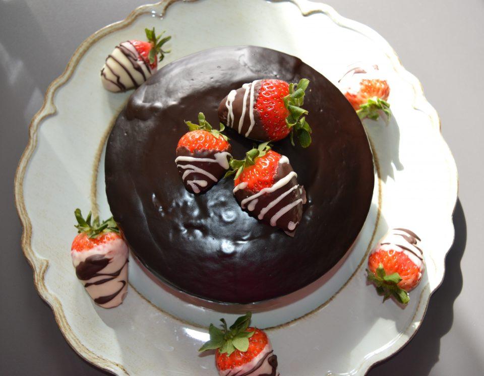 Mud cake con ganache di fragole e glassa al cioccolato, è una torta per gli amanti del cioccolato. Farcita con una ganache di fragole che dà un tocco di freschezza.