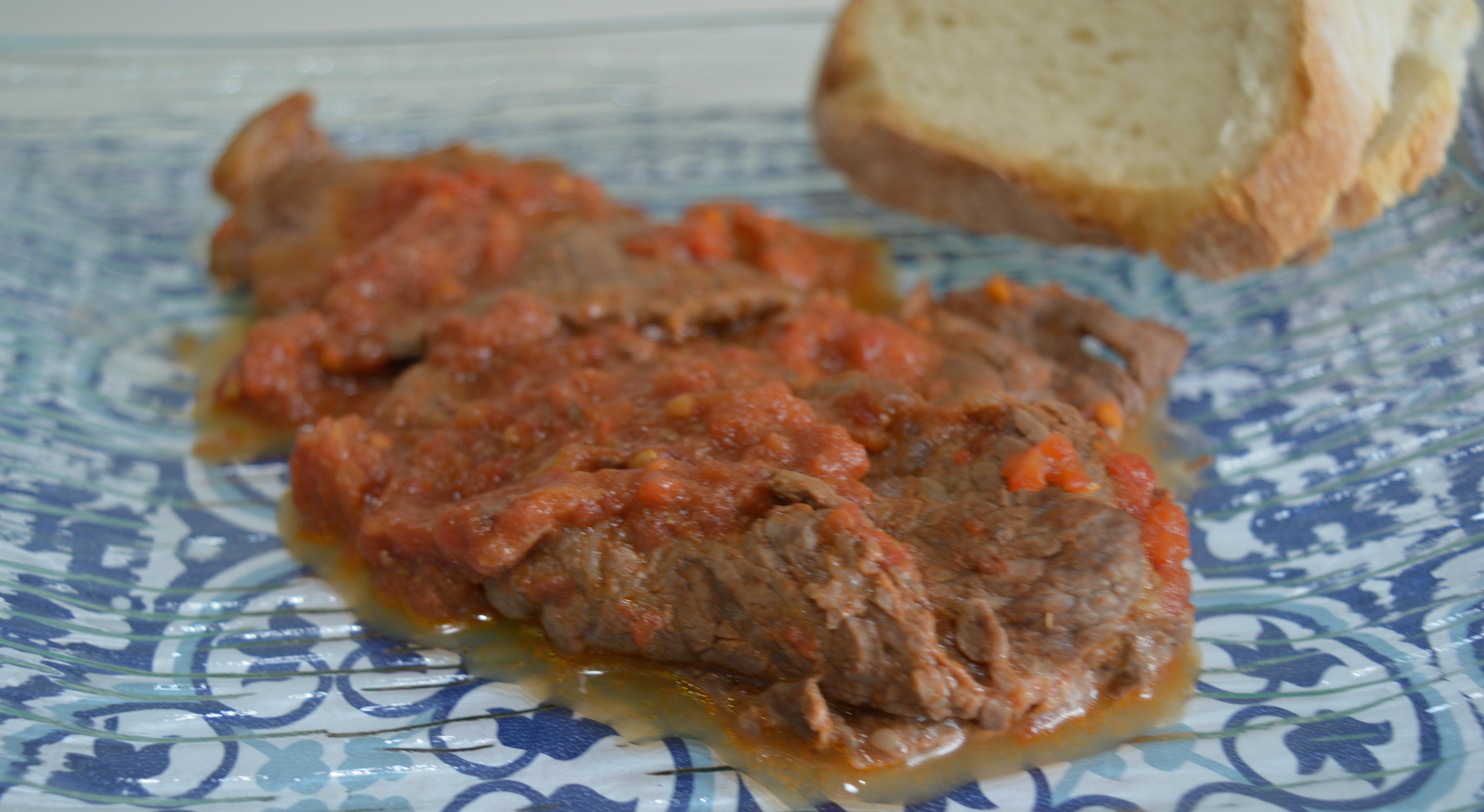 Carne alla pizzaiola, secondo semplice e gustoso dai sapori mediterranei
