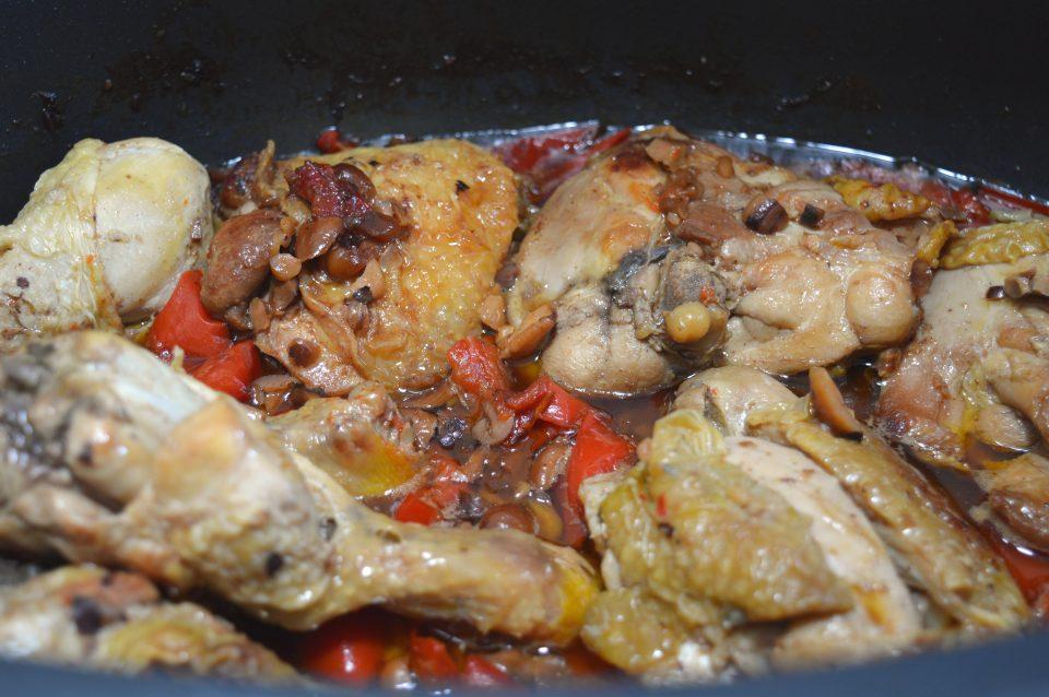 Pollo con peperoni e nocciole