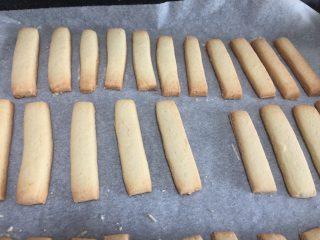 Twix fatti in casa, barrette di biscotto e caramello mou ricoperte di cioccolato