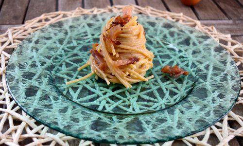 Spaghetti alla carbonara con cipolle di tropea