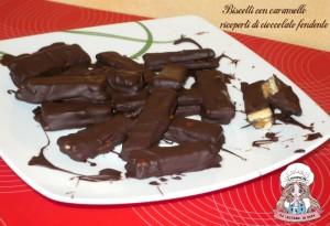 Biscotti con caramello ricoperti di cioccolato fondente