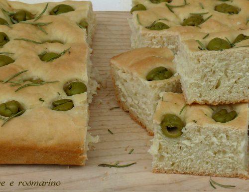 Focaccia olive e rosmarino