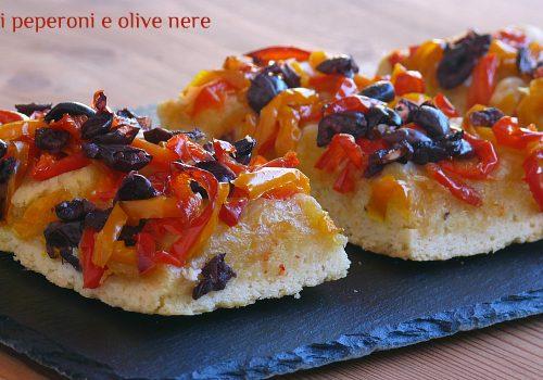 Focaccia ai peperoni e olive nere