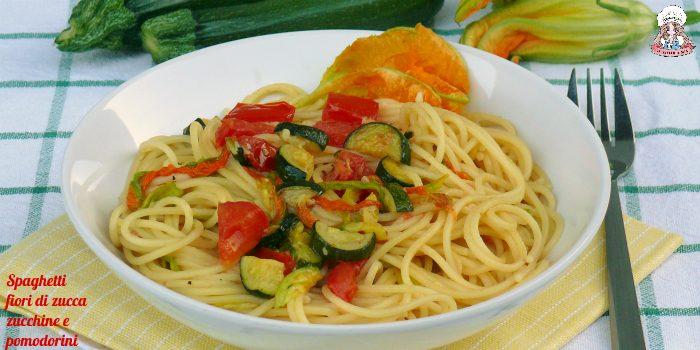 Spaghetti fiori di zucca zucchine e pomodorini