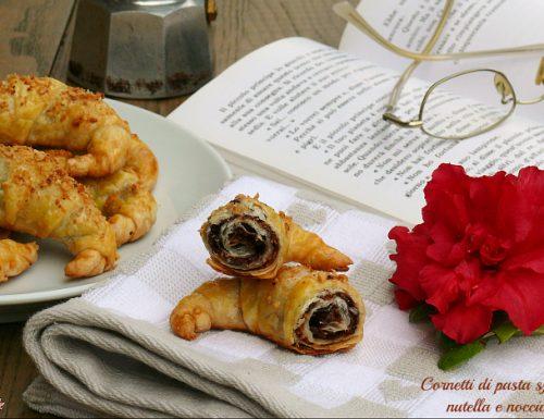 Cornetti di pasta sfoglia nutella e nocciole