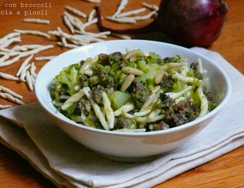 Trofie con broccoli salsiccia e pinoli