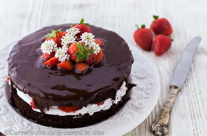 Torta cioccolato con panna e fragole