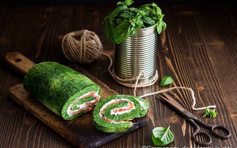 Rotolo di frittata con spinaci e salmone
