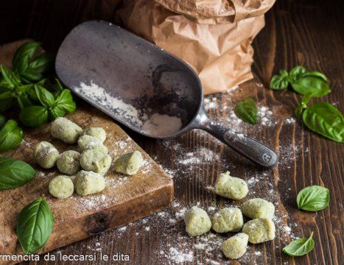 Gnocchi verdi con pesto di basilico