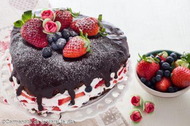 Torta cioccolato e frutti di bosco