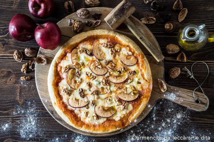 Pizza gorgonzola mele e noci