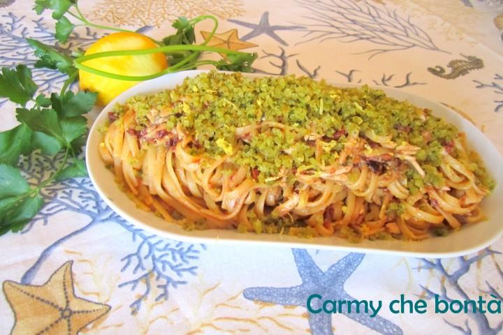 Linguine con alici fresche,pomodori secchi e pane aromatizzato