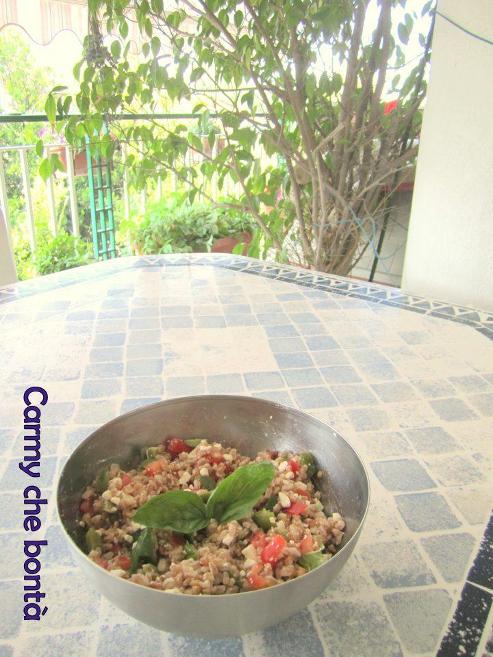 Insalata di farro con olive, capperi,pomodori,feta e basilico