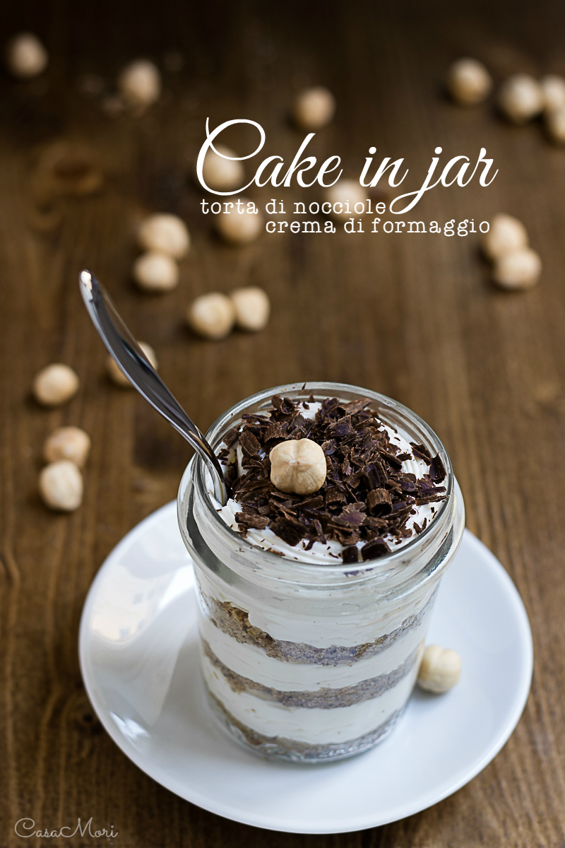 Cake in jar di torta di nocciole e crema di formaggio