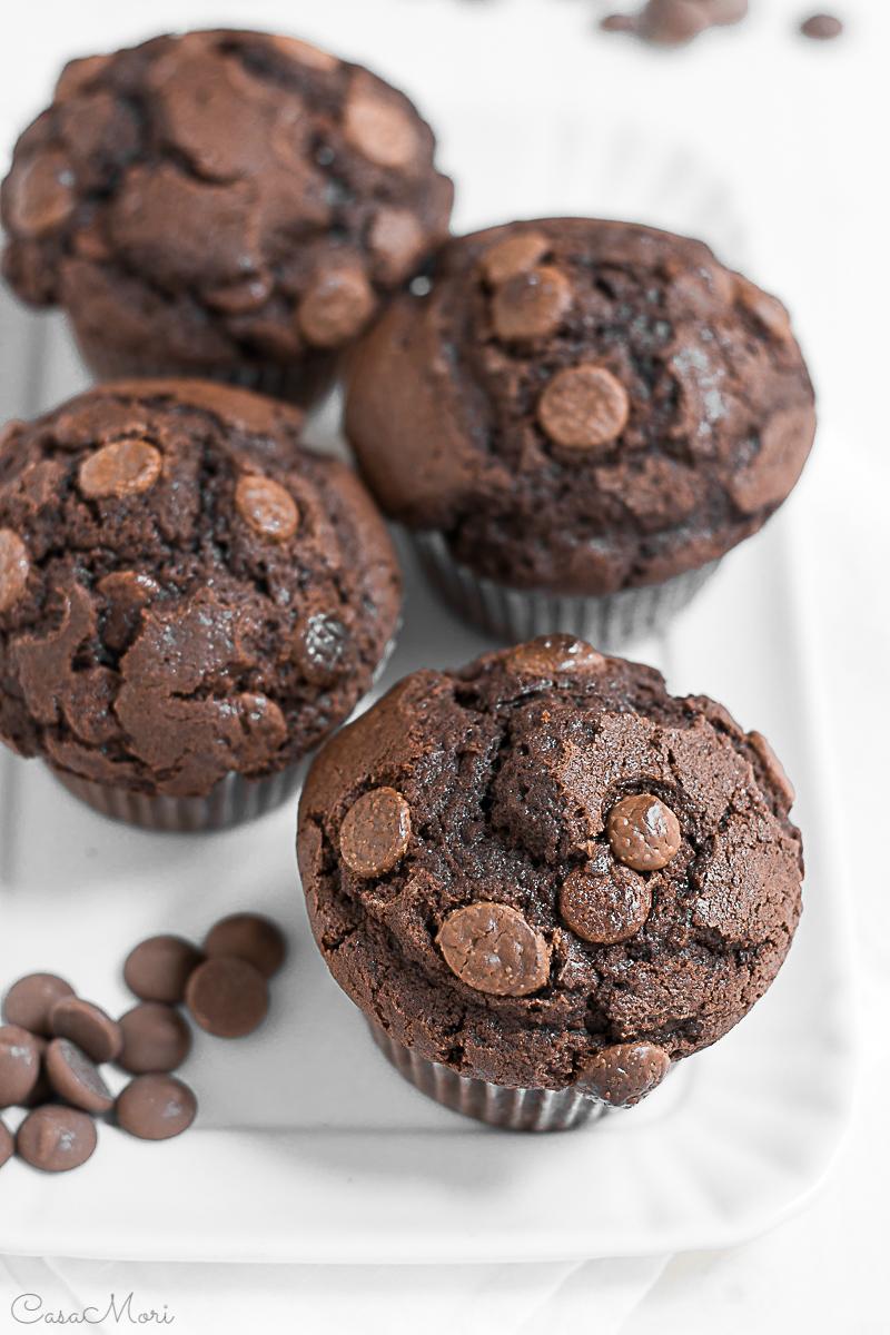 Muffin al cacao con gocce di cioccolato al latte