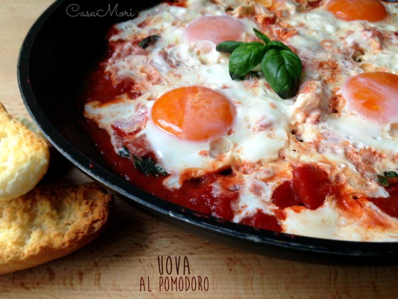 Uova al pomodoro e basilico