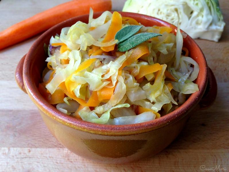 Cavolo verza con carote e cipolla rossa