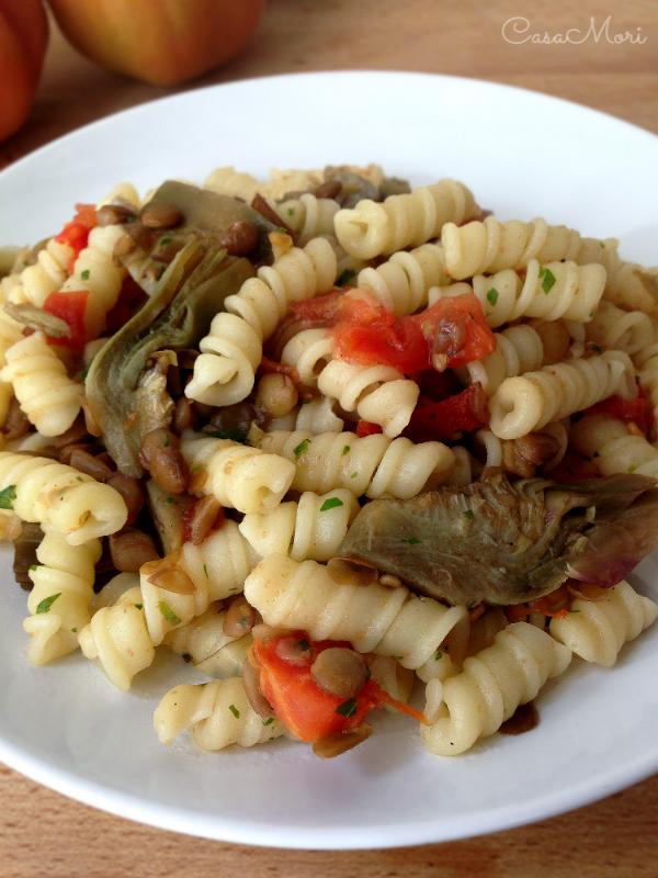 Pasta con carciofi, pomodori e lenticchie