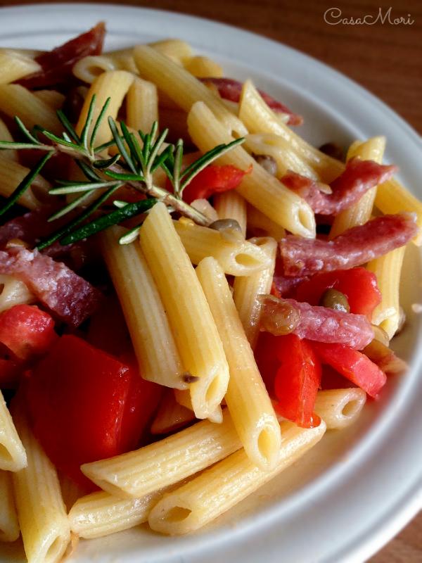 Penne con salame, lenticchie e pomodoro fresco